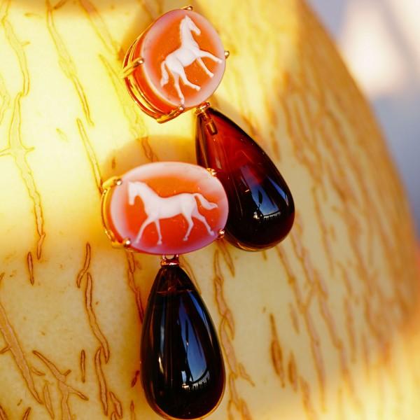 Ohrhänger mit Pferdegemme und Rauchquarz in 750er Gelbgold