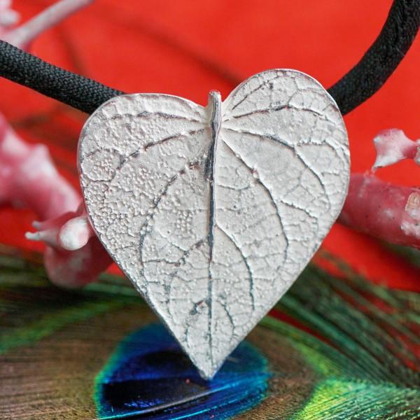 Herz Anhänger in Blattform 28 x 24 mm in 925er Silber schwarzes rundes Samtband