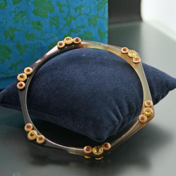 Horn-Armreif mit gelben und orangen Saphiren und Rubinen besetzt, Silber/vergoldet,