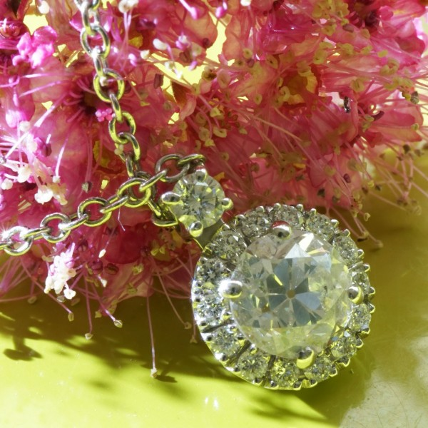 A wonderful 5,5 mm oldcut diamond of 0.76 ct, W / SI2, modern setting, made in 750 white gold, set in halo style