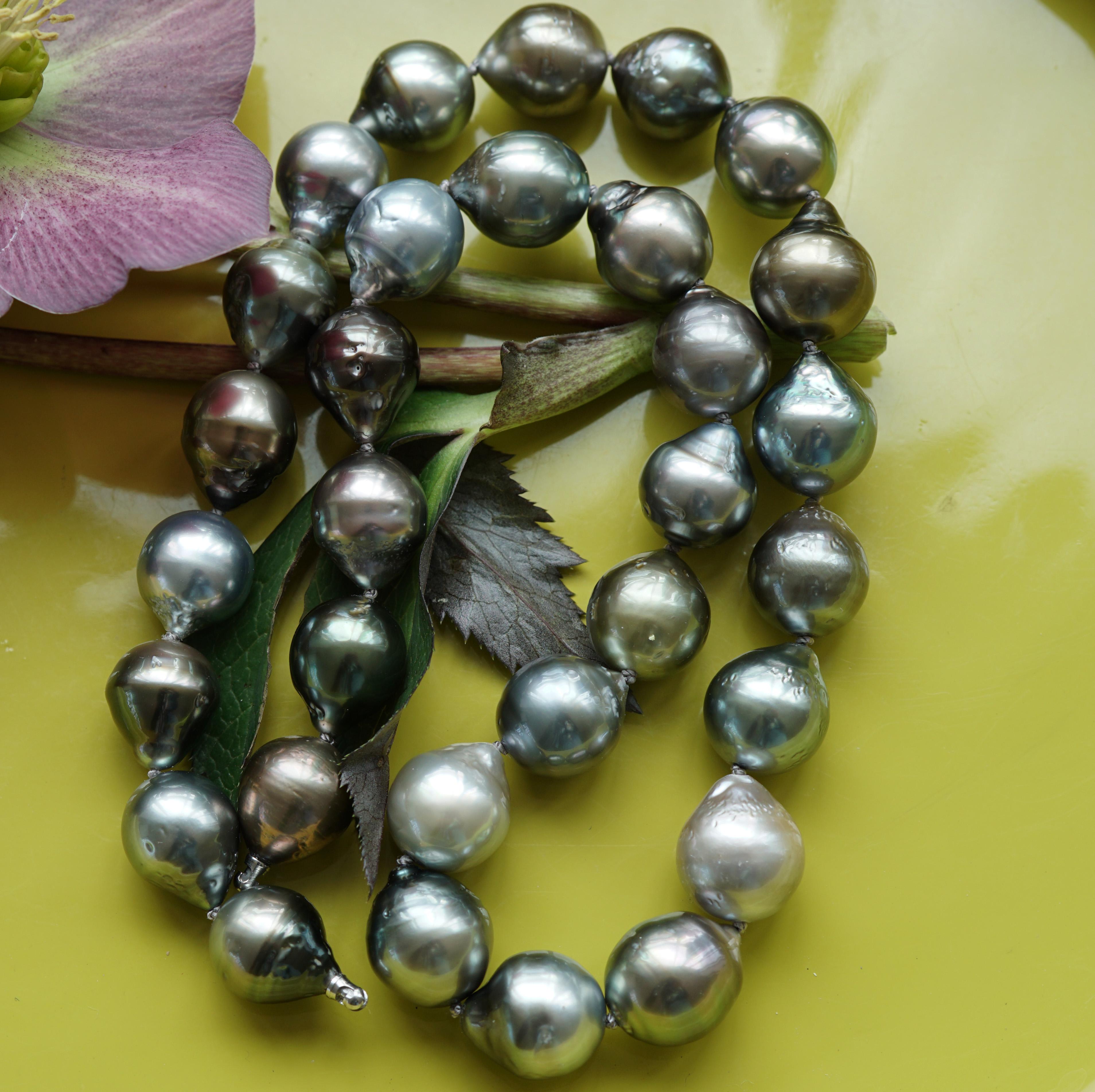 10 goldfarbene Perlen mit Aufhängung