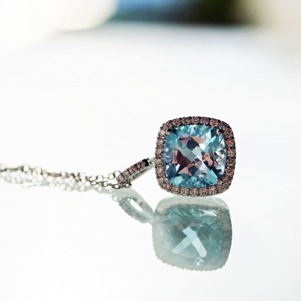 amazing color Blue forever, a blue topas approx. 2.90 ct modern setting with fullcut diamonds approx. 0.25 ct, TW / VS, 18 kt whitegold, seize of the pendant is approx. 19 x 11,5 mm, 3,9 grams,