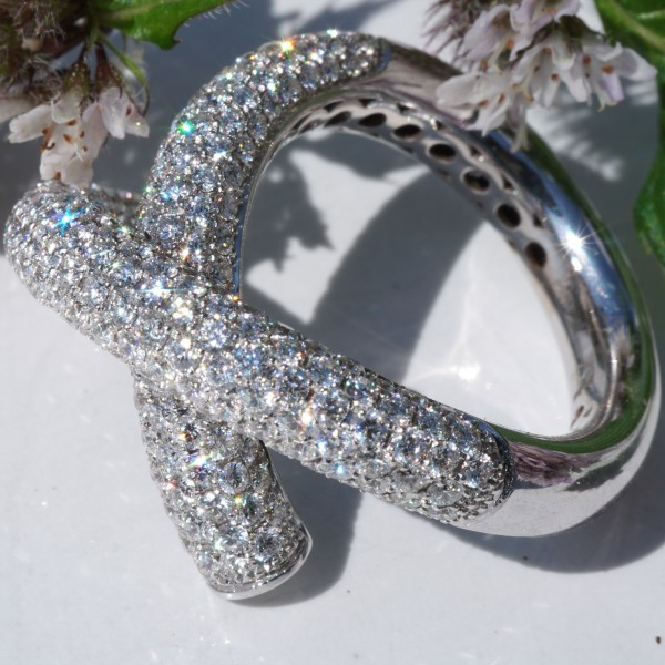 Give me a X....diamond Highlight, what a design! 18kt whitegold, every diamond set with very professionell, approx. 3.30 ct